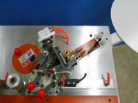 Узел нанесения клея -Два отдельных приводных ролика наносят клей на заготовку и на кромочный материал. - Удобная регулировка количества подаваемого клея. - Клеевая ванна расположена ниже уровня рабочего стола, что обеспечивает постоянную рециркуляцию к