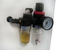 Станок оснащен устройствами подготовки и регулировки давления в системе подачи сжатого воздуха